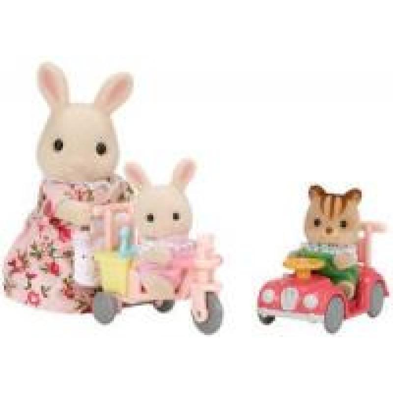 Mamka bílý králík s hrajícími si mláďaty